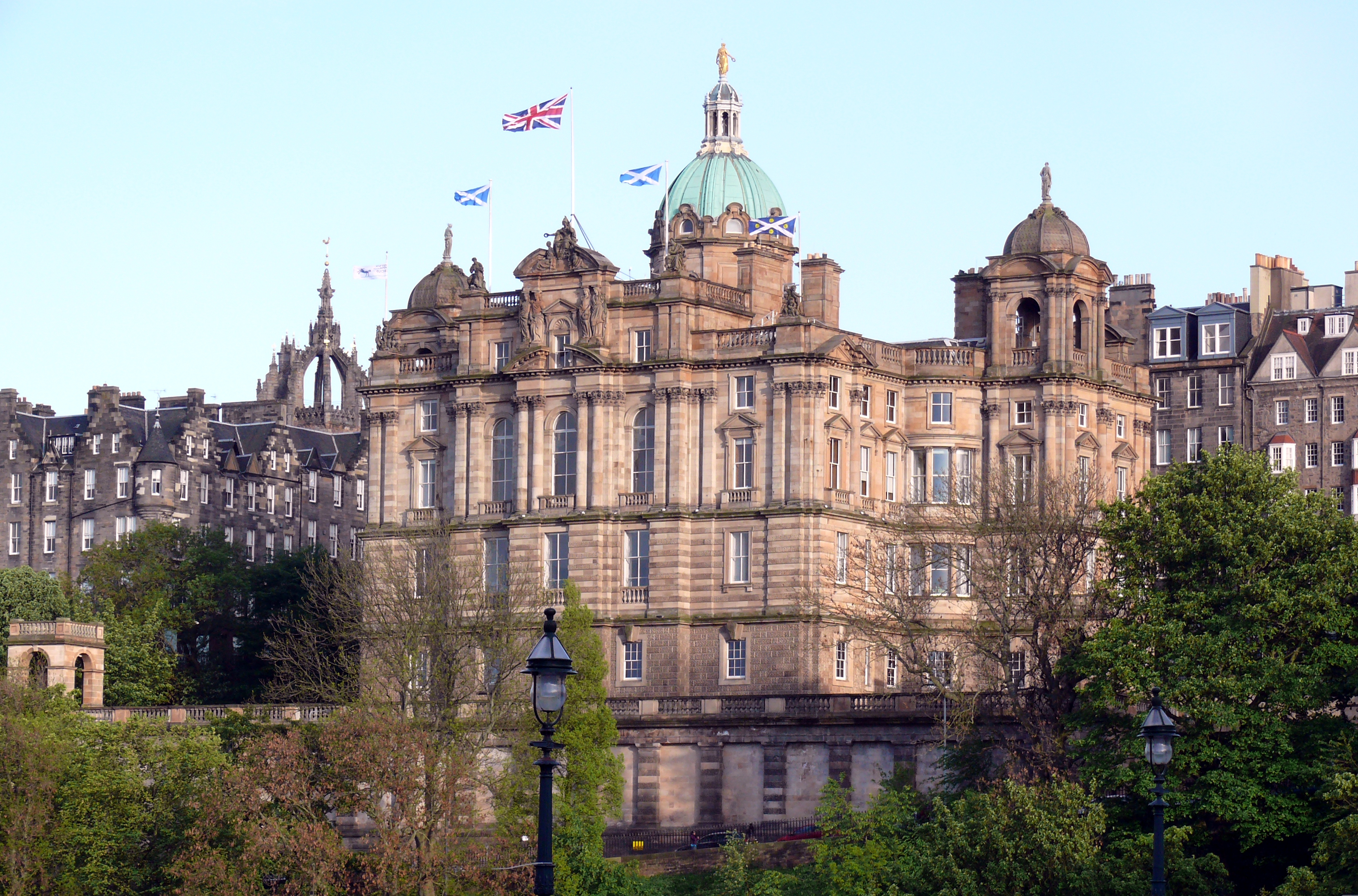 What are the current Edinburgh property market conditions?